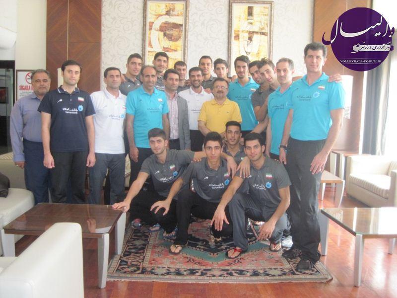 نشست دوستانه دکتر داورزنی با تیم ملی جوانان/داورزنی تشکر کرد، حسین آبادی عذرخواهی !
