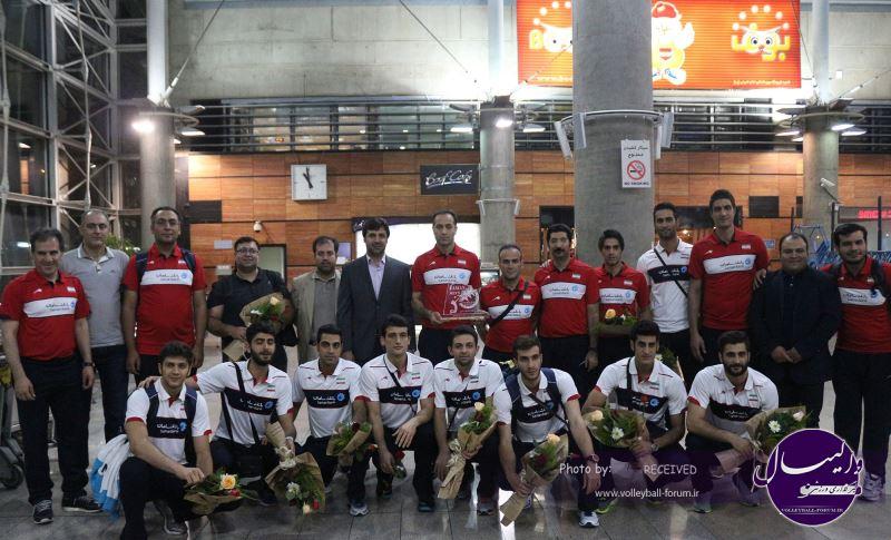 ملی پوشان امید با جام به ایران آمدند+تصاویر